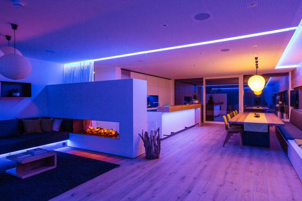 © Loxone Showhome-Wohnbereich-blau-violett